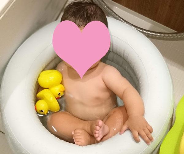 スイマーバに入る赤ちゃん