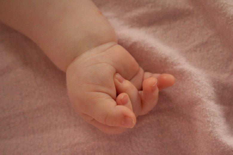 赤ちゃんの爪切りのコツと暴れる場合の裏技!いつから始める?おすすめ商品は?